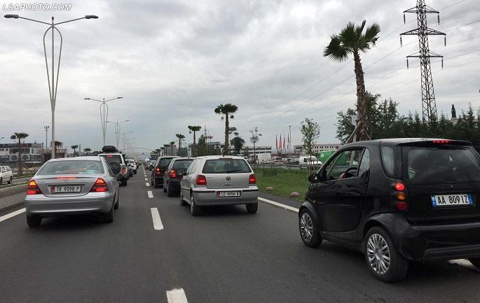 Trafik i renduar i makinave ne autostraden Tirane-Durres, nga dalja e Tiranes deri ne Kashar./r/n/r/nHeavy car traffic, along the higway Tirane-Durres.