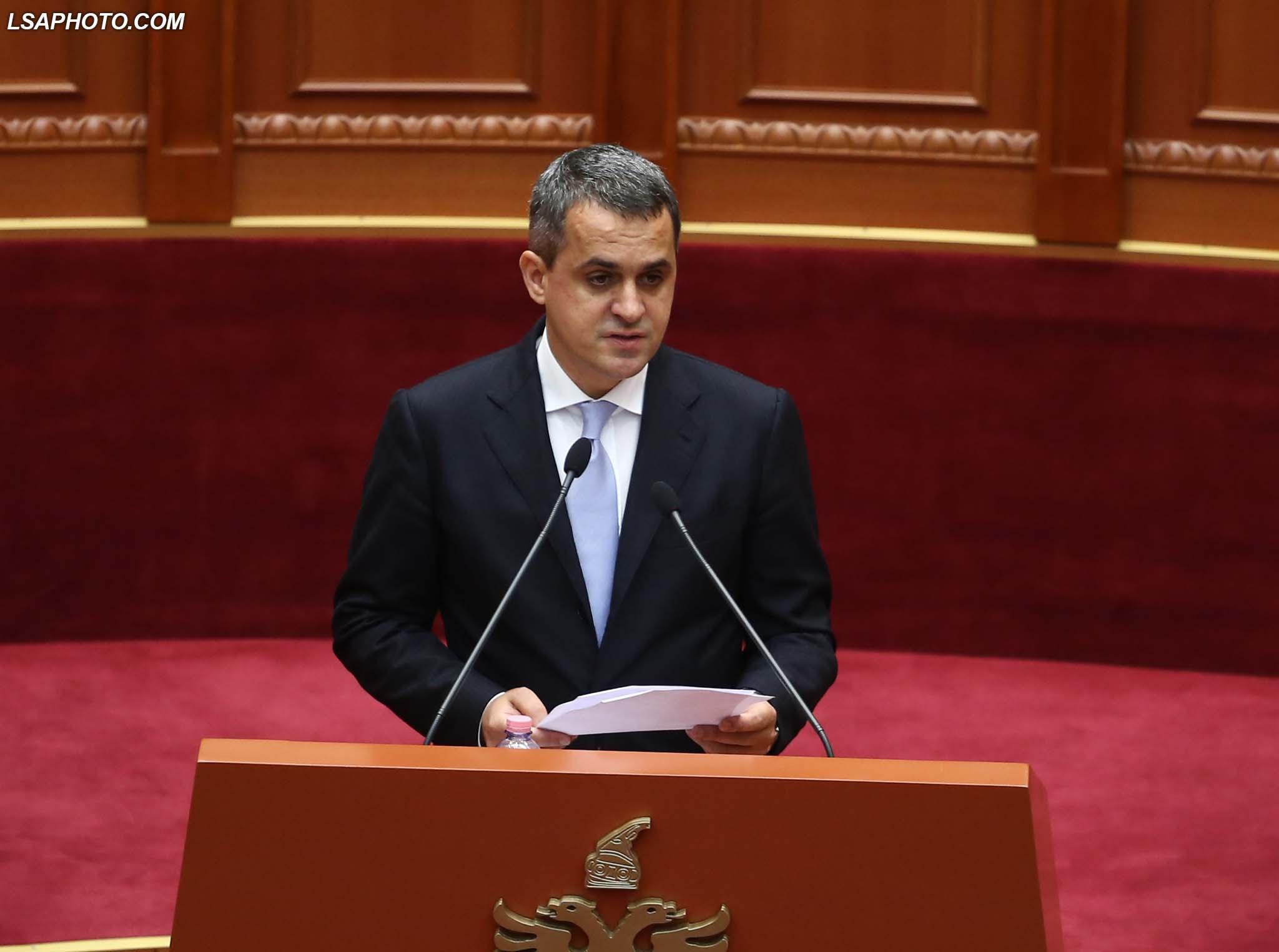 Deputeti i LSI Perparim Spahiu, duke folur gjate nje seance parlamentare, ku eshte miratuar projektvendimi per proceduren paraprake per perzgjedhjen e Inspektorit te Pergjithshem te Bankes se Shqiperise/r/n/r/nLawmaker Perparim Spahiu, speaks during a parliamentary session.