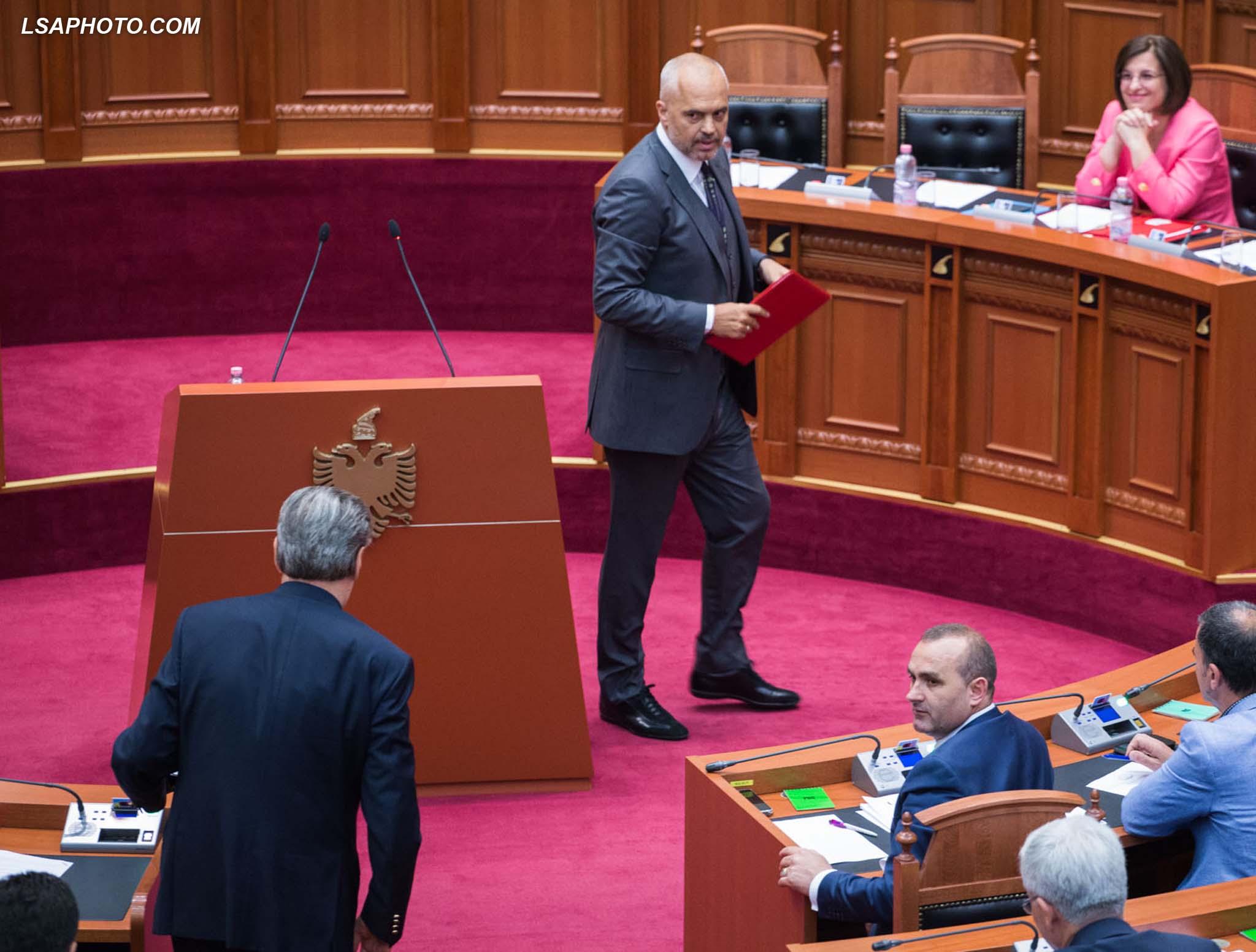 """Deputeti i PD, Sali Berisha dhe kryeministri Edi Rama, gjate nje seance parlamentare, ku eshte diskutuar projektligji """"Per faljen e gjobave per mospagimin ne afat te kontributeve te detyrueshme ne sigurimet shoqerore dhe shendetesore nga subjektet juridike dhe fizike""""./r/n/r/nLawmaker, Sali Berisha and Prime Minister Edi Rama, during a parliamentary session."""