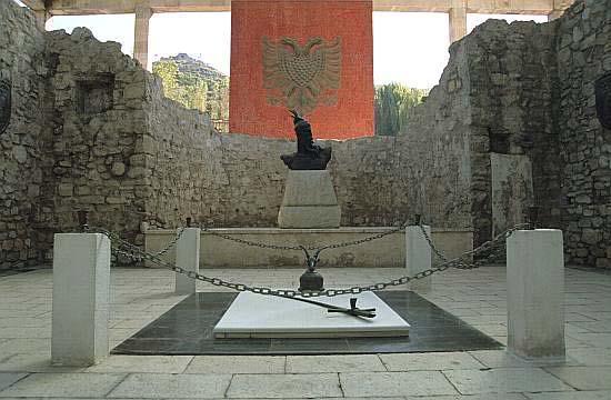 Zbulimi surprizues  çfarë gjendet poshtë varrit të Skënderbeut