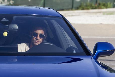 epa06120709 FC Barcelona's Brazilian striker Neymar Jr arrives for a training session at Joan Gamper Sports Complex in Saint Joan Despi, Catalonia, northeastern Spain, 02 August 2017.  EPA/QUIQUE GARCIA