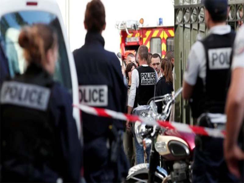 Sulm në Paris  makina përplas një grup me ushtarë  6 të plagosur