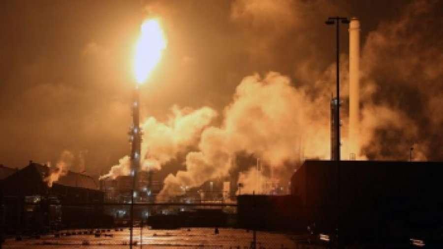 Alarmohet Elbasani/ Përfshihet nga flakët rafineria e naftës