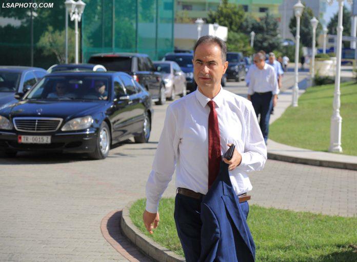 Luciano Boci, duke hyre ne nje mbledhje te deputeteve te opozites ne qytetin e Durresit. Deputetet e opozites kane bojkotuar serish seancen parlamentare te radhes, duke u mbledhur ne Hotel Adriatik ne plazhin e Durresit./r/n/r/nLuciano Boci, enters a meeting of opposition MPs in the city of Durres, boycotting the next session in Parliament.