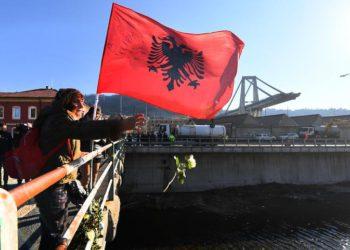 Un momento della cerimonia per ricordare i 4 mesi dal crollo del Ponte Morandi, rose bianche gettate nel Polcevera in ricordo delle 43 vittime, Genova, 14 dicembre 2018.  ANSA/LUCA ZENNARO