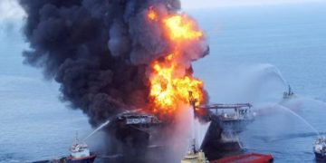 22 APRILE: Affonda la piattaforma, petrolio esce a fiotti. Photo released by the US Coast Guard on 22 April 2010 shows a fire aboard the mobile offshore drilling unit Deepwater Horizon located in the Gulf of Mexico 52 miles southeast of Venice, Louisiana, USA. Rescue helicopters, ships and an airplane searched the waters off Louisiana's coast for missing workers on 21 April 2010 after an explosion and fire that left an offshore drilling platform tilting in the Gulf of Mexico. ANSA /US COAST GUARD  EDITORIAL USE ONLY/NO SALES