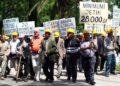 MINATORET PER TVSH - Minatore, gjate nje proteste ne Bulevardin Deshmoret e Kombit, ku pervec statusit te minatorit, kane kerkuar qe televizioni publik TVSH te jete i balancuar.