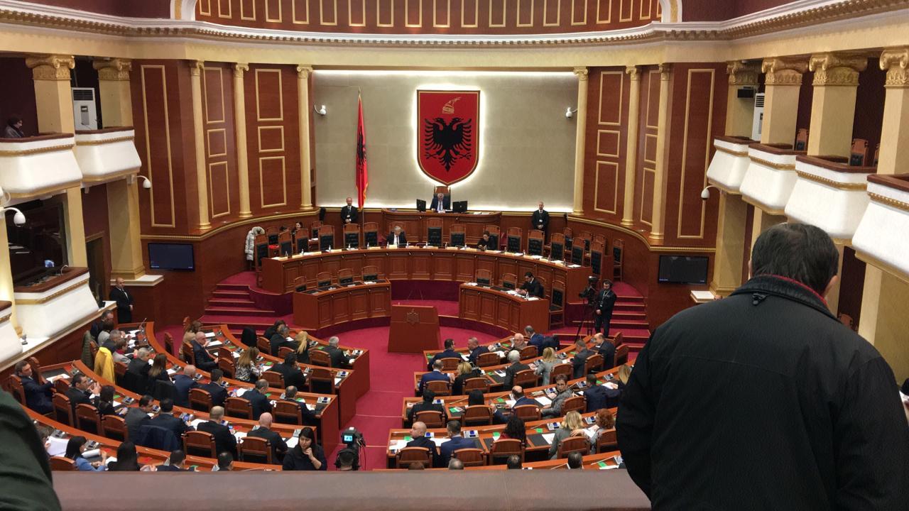 Mazhoranca nuk lejon të bëhet debat për ministrat e rinj  opozita braktis sallën  U kthyem ne diktature