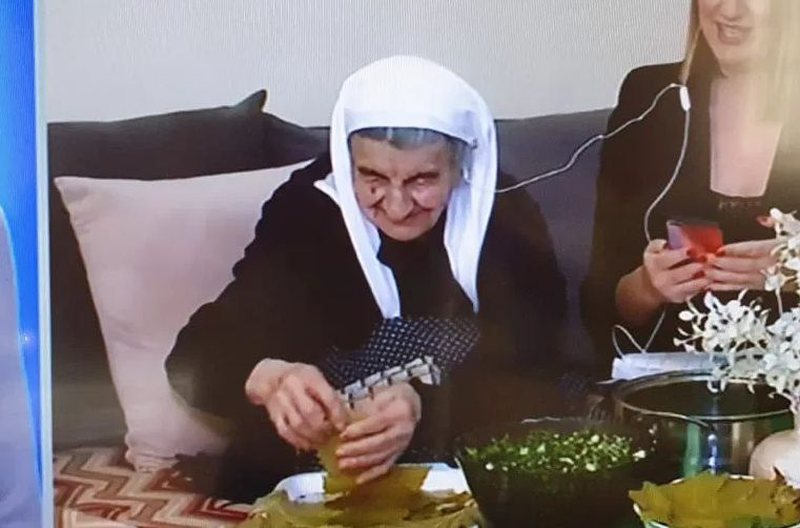 nene-xhemilja-103-vjece-na-habiti-te-gjitheve-tregon-arsyen-pse-mban-hudher-ne-xhep-prej-shume-vitesh