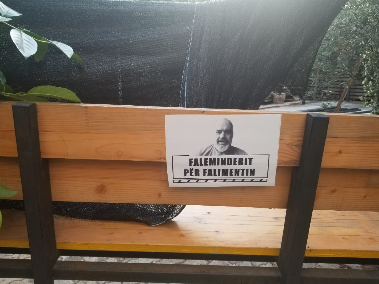 Lokali në Tiranë falënderon Edi Ramën për falimentimin (FOTOT)