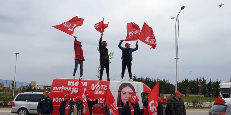 Pritje entuziaste për Monika Kryemadhin në Vlorë, qindra të rinj i bashkohen mitingut të madh…
